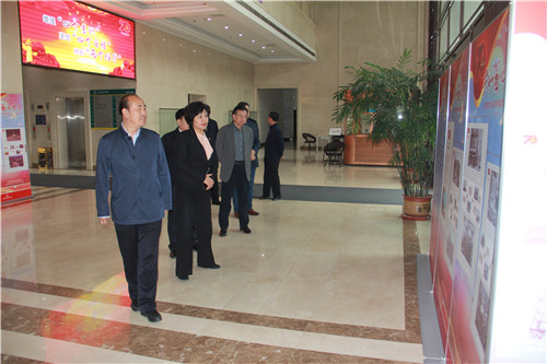 """3学院领导班子全体成员集体参观""""共和国70年""""图片展.jpg"""