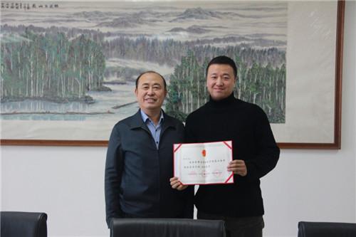 学院党委书记赫坚为驻村工作队赵博同志颁发证书.JPG